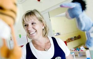 """MINNS HUR DET VAR. Ann-Cathrine Jansson har jobbat som förskollärare i nästan 30 år. """"Jag har fyra döttrar och när de skulle skolas in sa jag att det kommer aldrig att gå, de kommer inte att att somna på vilan. Men det gick så klart jättebra"""", säger hon och skrattar."""