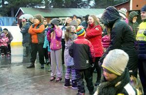 Flera letade sig ut i regnet för att vara med under invigningen av Prosharp arena.