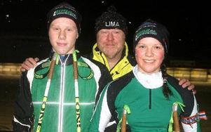 Tävlingsledaren Tommy Mattson omgiven av Lima-ungdomarna Sebastian Jansson och Amanda Simonsson som siktar på SM-medaljer. FOTO: ROLF JOHANSSON