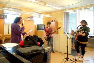 """Tina Hagström, Mats Lindgren, Lina Appelqvist och Antonia Bryntesson tränar inför konserten. """"Det är roligt, men det är också nervöst"""", säger Lina Appelqvist.  Foto: Jonas Ottosson"""