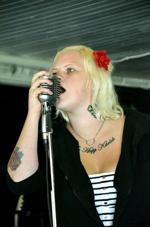 Rockabilly. Denise Svedin tar ett fast tag om retromicken då hon och bandet Rebel Rockers spelar på Ställdalens gamla dansbana.Foto: Elin Kjellin