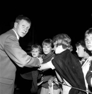 Tore Skogman i samband med Jamtlikväll i Östersund 1962. Beundrarna inväntar chansen att få en autograf.   Foto: Hallings foto