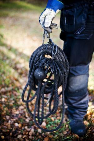 Lodet i änden av repet som släpps ner i skorstenen väger 2,5 kilo.