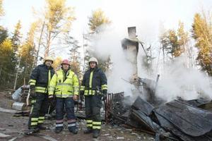 Från vänster, Mats Hansson, Kar-Erik Persson, räddingsledare och Patrick Andreasson framför det totalförstörda huset.