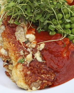 Bildtext 8: Långlagrad ost och tomat är säkra umamikällor. Piccata, det vill säga ostpanerad kalvschnitzel med tomatsås och sockrade ärtor, är en stor smakupplevelse, i synnerhet om osten är långlagrad.    Foto: Dan Strandqvist