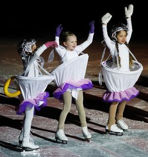 Tekopparna Emelie Lemon, Enrika Ciuksyte och Litea Hälleberg imponerade på isen när de gled fram i sina omfångsrika dräkter.