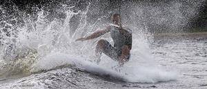 Jesper Jonsson, från Moheds vattenskidklubb, trotsar blåsten och gav sig ut på onsdagen.