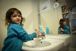 Som vattenpolis jagar man vattenslösare. Men Frida Krafft  vet hur man ska göra. När man tvättar händerna ska man inte spola för mycket  i kranen.