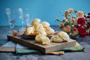 Suveräna små ostbröd som ofta serveras som gatumat i Brasilien.   Foto: Jessica Gow/TT