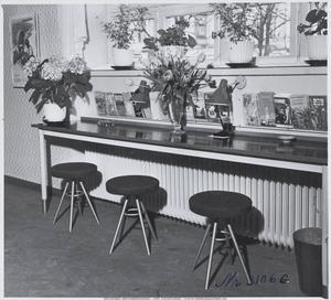 I alla SJ:s resebyråer pyntade man med snittblommor och krukväxter. Även i Gävle där det här fotot är taget någon gång på 1940-talet.
