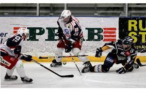 Defensivt fungerade Borlänges spel mot Surahammar. Styrspelet fick beröm av tränare Ulf Skoglund.FOTO: STAFFAN BJÖRKLUND