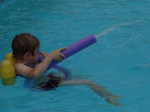 En elefant i poolen!!Axel, 5 år, gillar vattenlekar och upptäckte att de nya