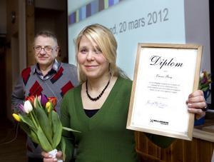 Mellanskogs sektion Nordöstra Hälsinglands ordförande Bengt-Åke Nilsson delade ut priset till Emma Berg.
