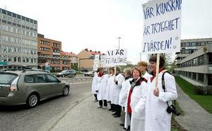 Högre lön kräver Vårdförbundet. På fredagen demonstrerade de strejkande i Härnösand här vid trafikljusen i morgonruschen vid landstinget. En liknande morgonaktion i trafiken genomfördes av kolleger i Sundsvall.