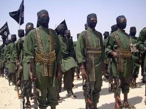 Islamister. Maskerade soldater i den islamistiska Al-Shabaab-organisationens armé paraderade utanför Mogadishu.