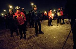 I mörkret. Ett hundratal skridskoåkare begav sig i måndags kväll ut på fackeltur till Lindholmen i Hjälmaren.