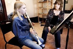 """TVÅ GÅNGER I VECKAN. Hillevi Olsson tränar en gång i veckan tillsammans med läraren Berit Welander och en gång i veckan har Hillevi orkesterövning. """"Hon är jätteduktig och lär sig fort"""", säger Berit."""