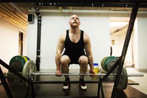 Styrkelyftaren Christopher Rickan vägde 140 kilo när han tog studenten. Han började träna och blev noga med kosten. I dag väger han 90 kilo.
