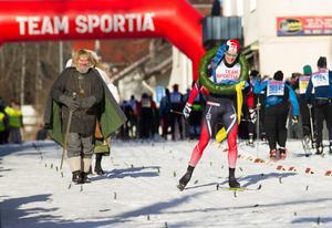 Sindre Odberg Palm fick ta emot kransen som segrare av Engelbrektsloppet 2017.