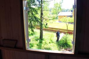 Utsikt från trädkojan. Där nere skymtar pappa Roger.