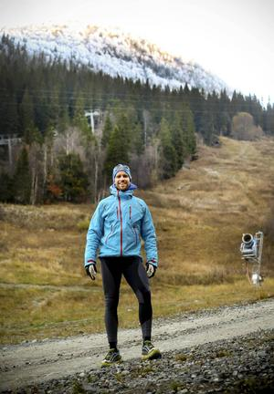 Fredrik Sträng vill att fler ska uppleva hur det är att vara på Mount Everest. Därför ska han bygga en hinderbana som efterliknar förhållandena på världens högsta berg. I februari får tävlande i Skistar Everest Challenge i Hammbarbybacken uppleva detta. Men om det är möjlgit vill Sträng arrangera samma tävling i Åre.