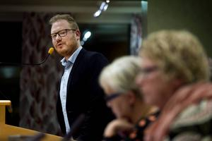 Robert Thunfors (NT) och Ewa Lindstrand (S) var i hård debatt om motionen gällande en granskning av Timrå IK.