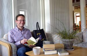Böcker om att hantera framgång och annat ur bibliotekets läsecirkelkassar är temat när Ulf Johansson rekommenderar sommarläsning.