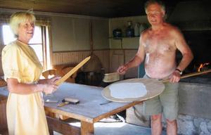 Britt-Marie och Sten Holmberg bakar tunnbröd på traditionellt vis i den gamla bakstugan från 1800-talet i Ösa, Ås. Brödet gräddas på stenhäll och kavlas ut för hand. I 20 år har de till och från bakat i bagarstugan.           Foto: Seved Johansson