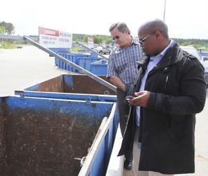 Johan Van De Walt och Patrick Jokweni, som båda är ansvariga för vatten och renhållning i Ugu-distriktet, är imponerade av återvinningscentralen vid Långtå.