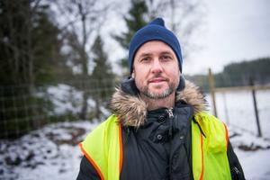 Johan Eklöf arrangerar vildsvinsträning för hundar. Han menar att det är viktigt att bygga upp hundarnas psyke.