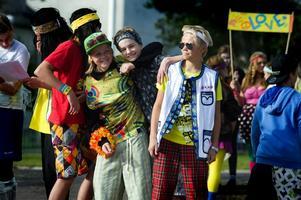 Peace and Love var temat för kläderna på några av eleverna som tävlade i gårdagens Skol-EM i Bjursås. Foto:Anna Klintasp