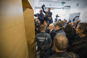 Stora delar av media-Sverige var på plats, inklusive kriminologiprofessorn Leif GW Persson, när den första rättegångsdagen hölls i Sommarstugemorden.