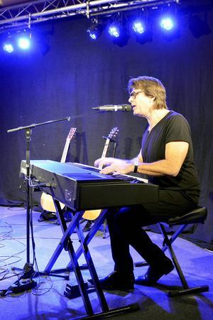 Under meet and greet bjuder artisterna ofta på lite mer avskalade versioner av sina mest kända låtar.