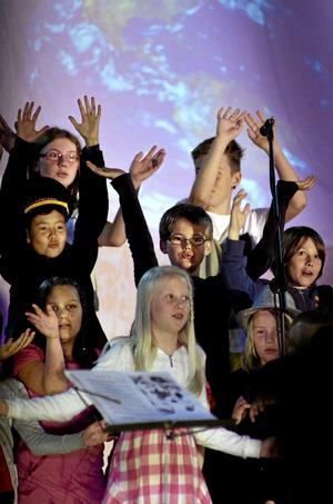 På väg. Årskurs 3, 4 och 5 på Ekebyskolan bjöd på en musikalisk anhalt på vägen mot skolavslutning och sommarlov genom att spela Jorden runt på 80 dagar.BILD: GÖRAN KEMPE