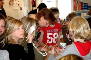 Skrev autografer. Många barn i klass fyra i Kungsgårdsskolan ville ha författren och illustratören Boel Werners autograf när hon besökte skolan.