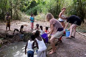 Dricksvattnet hämtas i en pöl med brunt vatten. Childrens home har köpt en regnvattentank med vattenrening. Nu bygger man ny matsal och kök tillsammans med Rotary.