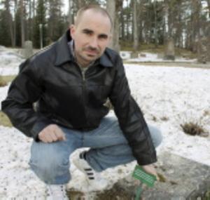Göran Fransson, chef för kyrkogårdsförvaltningen i Sala-Norrby-Möklinta kyrkliga samfällighet, vid en av de gravar som saknar gravrättsinnehavare i gravregistret. Foto: Terese Ahlin