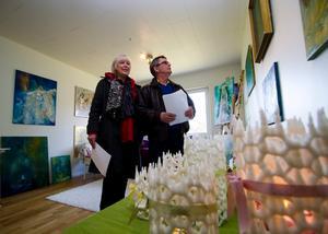 Välkomnande miljö. Det tyckte Gudrun Riström och Lars Henriksson från Sörstafors som här begrundar Evelina Jämsäs konst hemma hos konstnären själv. I förgrunden en av Anneka Anderssons ljuslyktor.