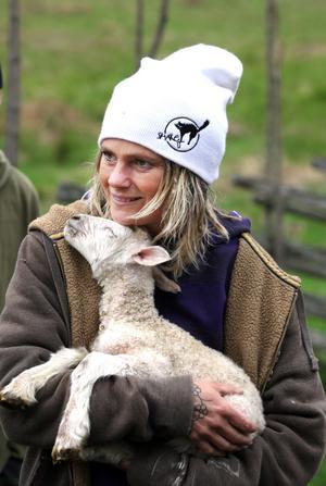 – Det känns som att det njuter och försöker gosa till det när jag håller det i famnen, säger Rosie Lundh om det nyfödda lilla lammet som aldrig blev accepterat av sin mamma.