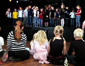 Releasparty. Barnen i Solvarbo skola på scenen på S2 i Borlänge vid releaspartyt där de live framförde de låtar som finns på cd:n som barnen spelat in och nu släppte.