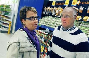 Inga och Bosse Åkerström från Oslättfors har redan inhandlat ett tolvpack ekologiska ägg inför helgen. – Det räcker för två, säger de.