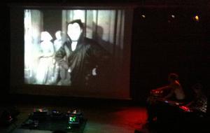 En 90 år gammal stumfilm visades med ny och improviserad musik i Sandvikens Kulturcentrum.