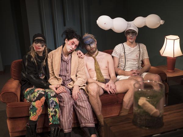 Petra Heinänen, Joséphine Wistedt, Alexander Wendelin och Victor Ström i 4:e teaterns blodiga föreställning