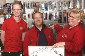 Mattias Risberg, Torbjörn Karlsson och Pernilla Hedberg jobbar i butiken.
