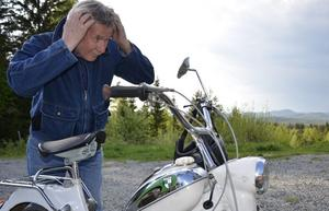 Fixar frillan. Även en mopedentusiast vill se fin ut i håret. Hjälmen rufsar om, men med backspegeln till hjälp fixar Rolf Lagergren den detaljen.