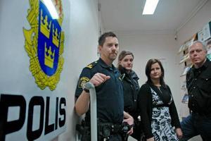 SÄMRE. Personalen på Skutskärs polisstation ser inga fördelar för allmänheten om stationen stängs. Yttre befäl Matthias Bredberg, Runa Inemy, Anna Bjurling och Lars Lindgren är besviken på att de inte fått någon information om besparingsförslaget.