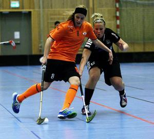 Sundsvall IBF:s tvåmålsskytt Cecilia Häggkvist håller undan för Fränstas Sanna Lindström. IBF höll också undan och vann derbyt med 4–1.