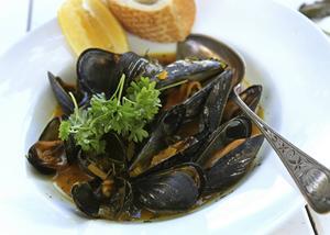 Saffransmusslor Marinière är ett mellanting mellan soppa och plockmat.    Foto: Dan Strandqvist