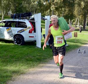 KJ Danielsson plockar på sig däcket som var spurtpriset i Sveaparken.