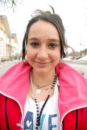 Ineta Stanaityté, 14 år, Mehedeby, studerar på Aspenskolan:– Det borde finnas väggar och plank där ungdomar kan spraya och måla graffiti. Välkomen till Tierp-skylten borde vara finare. Låt ungdomar måla och skriva fint så blir det mer inbjudande.